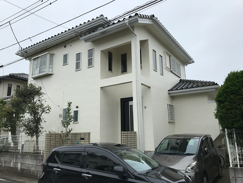 白い外壁の家
