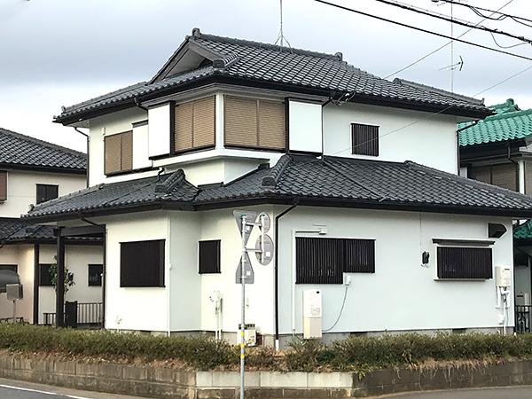 白い瓦屋根の家