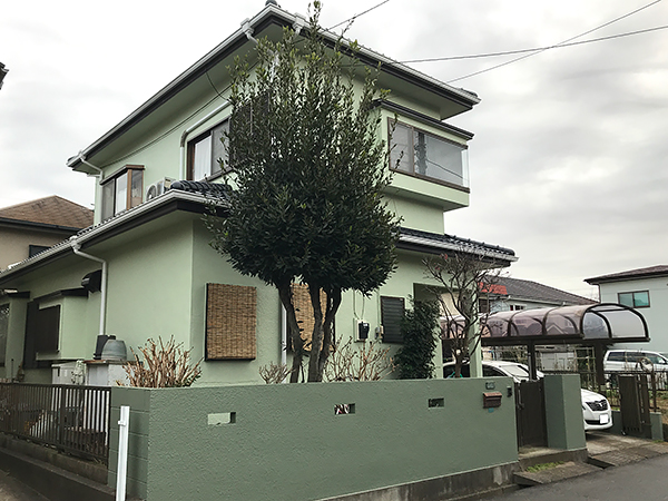 淡い色の外壁と屋根塗装