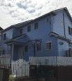 色鮮やかな青の家