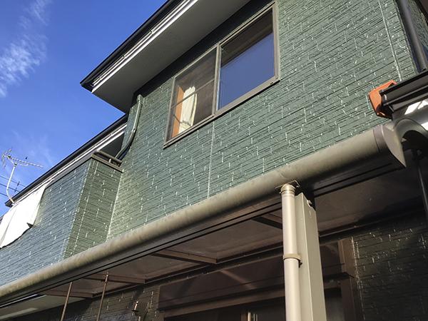緑の外壁の家